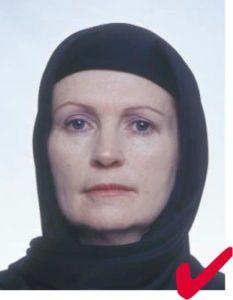 Женщина в религиозном головном уборе