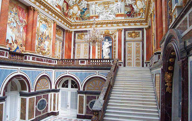 Монументальная парадная лестница