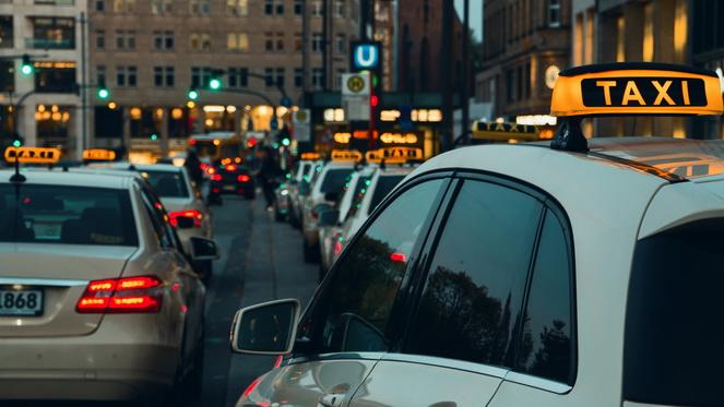 Много такси на дороге