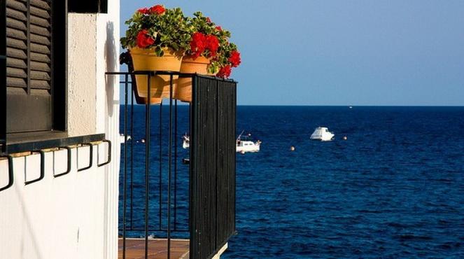 Море и цветы на балконе