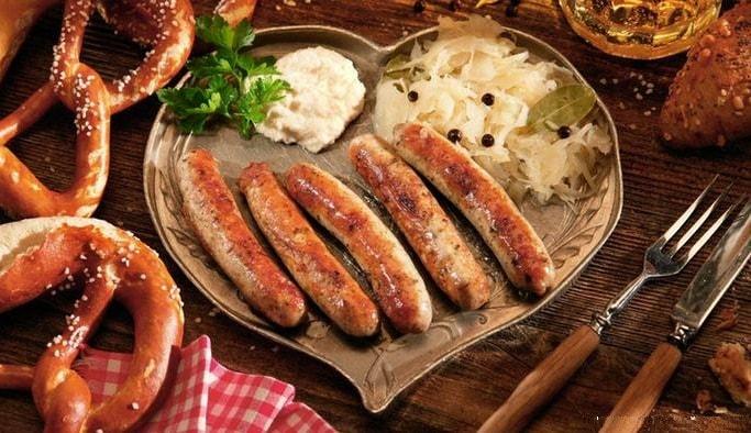 Жаренные колбаски на блюде в виде сердца