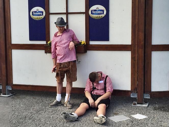 Участники октоберфеста после фестиваля