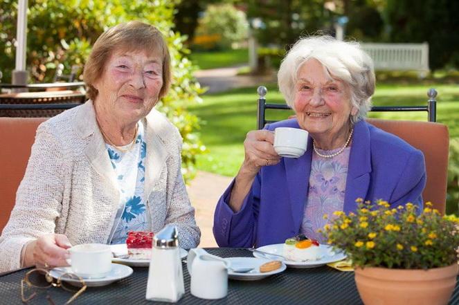 Женщины пенсионерки за чашкой кофе