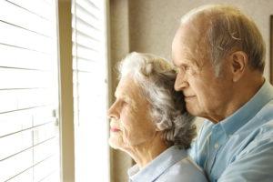 Пожилые люди возле окна