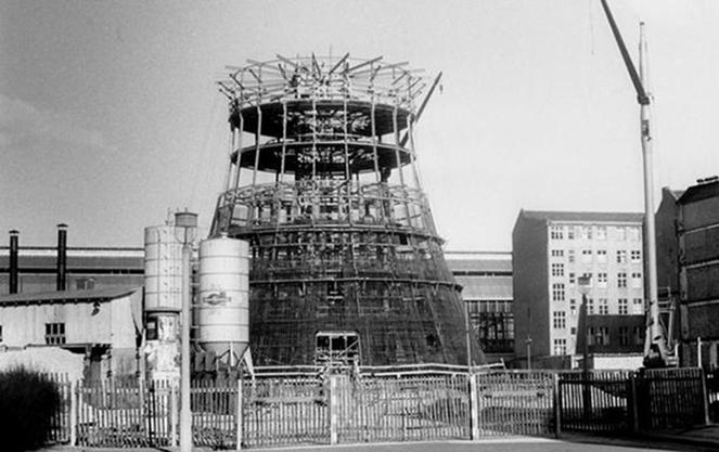 Берлинская телебашня: черно-белое фото