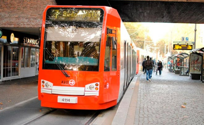 Красный автобус в Кельне