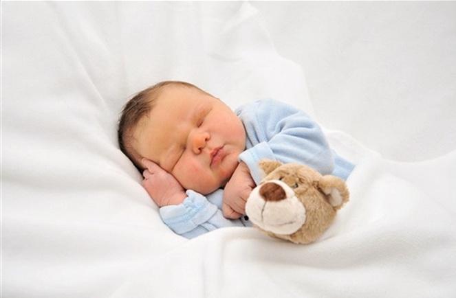 Малыш спит в постели