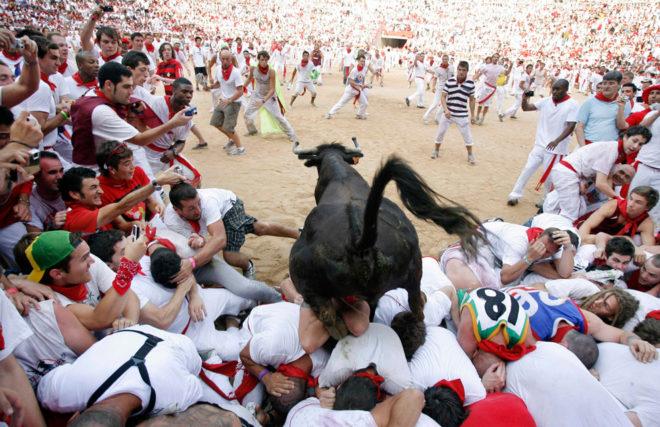 Праздник с быками в Испании