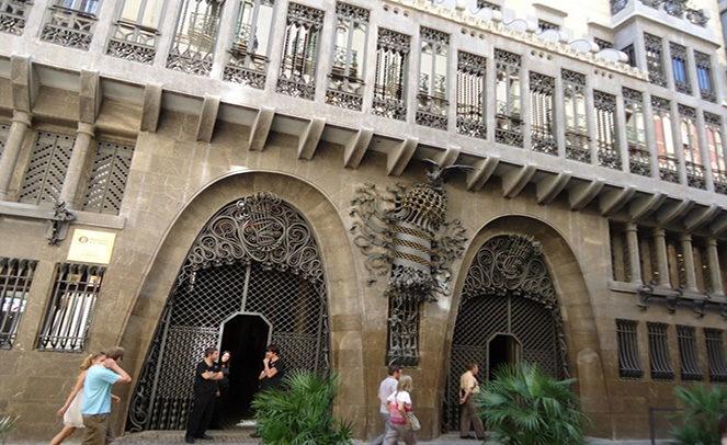 Фасад дворца Гауди в Барселоне