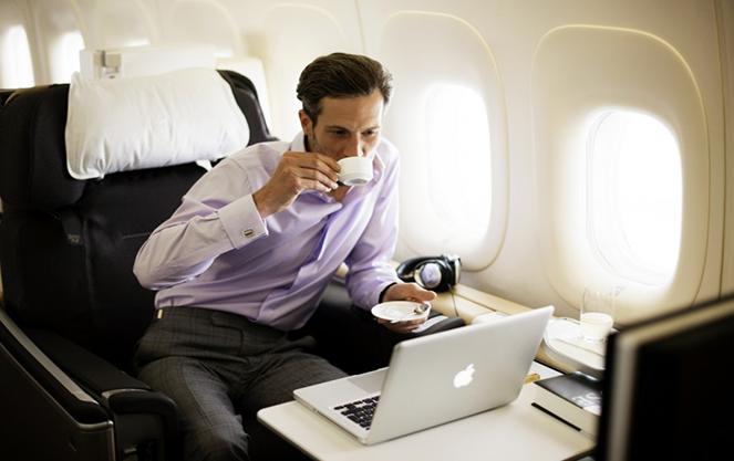 Бизнесмен в салоне самолета