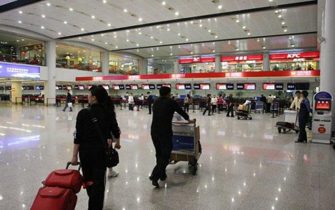 Люди в севильском аэропорте