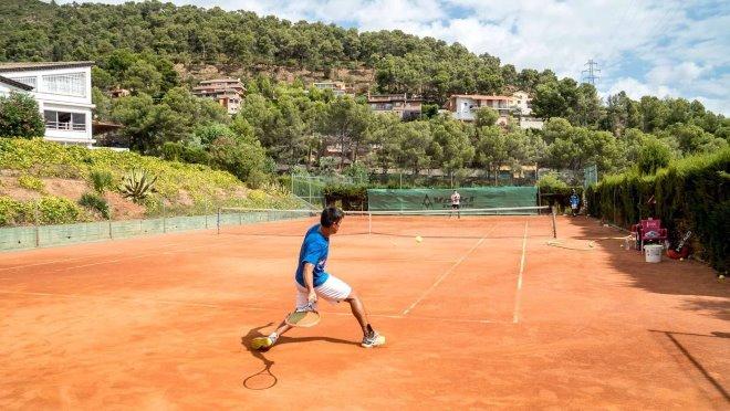 Занятия теннисом в академии Bruguera. Источник фото: brugueraacademy.com
