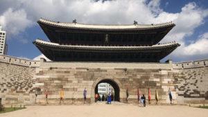 Ворота Нандэмун рядом с корпусом
